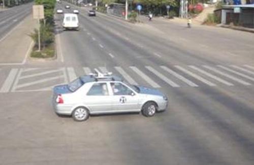 科目三考试车通过路口