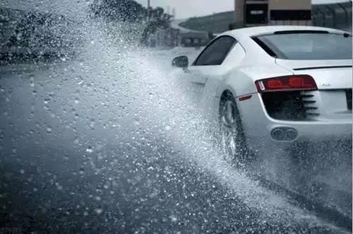 暴雨天开车