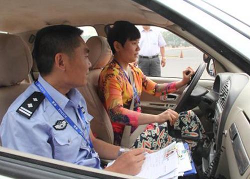 学员在车上接受指导