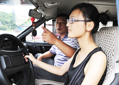 女学员在学车