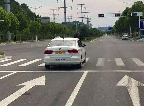 教练车通过路口