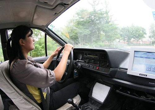 学员紧握方向盘行驶