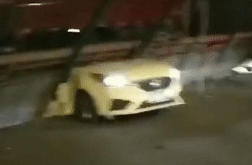 被压在高架桥下的车辆