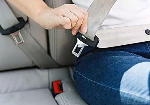 上车要先系好安全带