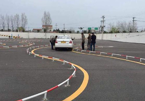 学员在曲线行驶中出现失误