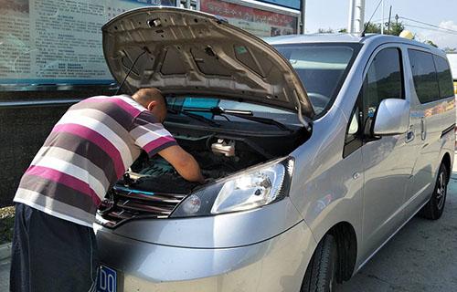 驾驶员检查车辆故障