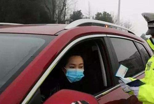 戴着口罩开车的司机