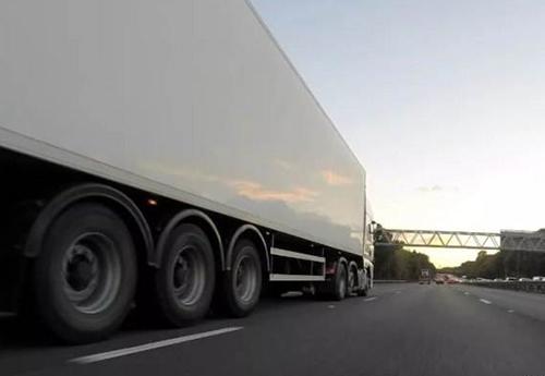 与大货车保持安全距离