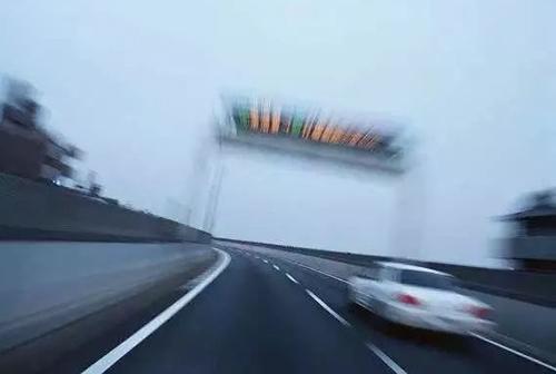 快速行驶的车辆