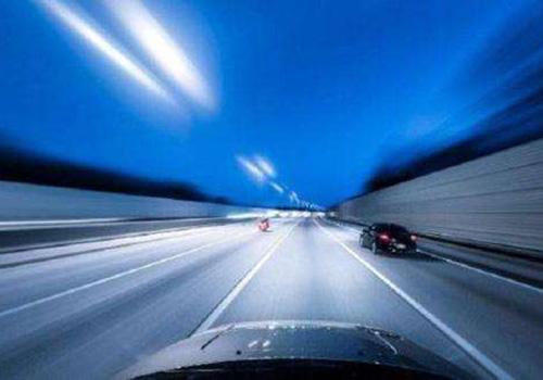 高速行驶的车辆