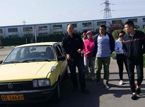 青岛驾校教练和学员在一起