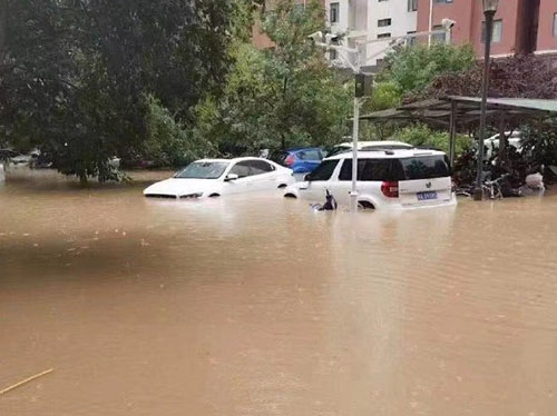 暴雨后的车辆